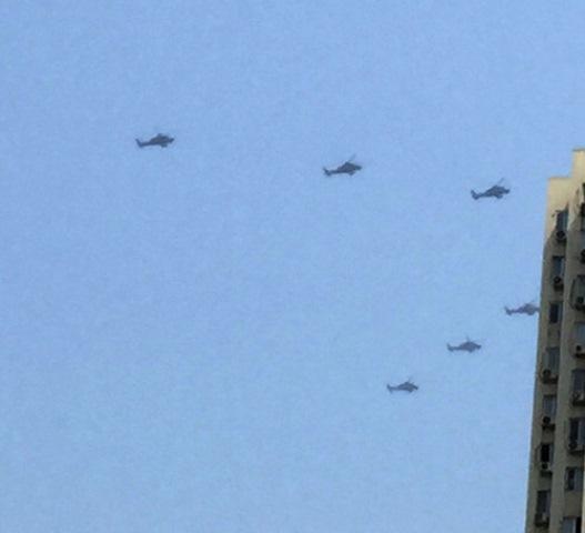 Elicotteri da guerra cinesi sorvolano la zona dell'esplosioni a Tianjin