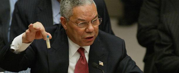 Colin Powell mentre agita un campione di antrace durante un discorso al Consiglio  di Sicurezza delle Nazioni Unite