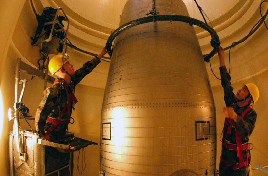 Manutenzione di un missile balistico intercontinentale, presso la Malmstrom Air Force Base